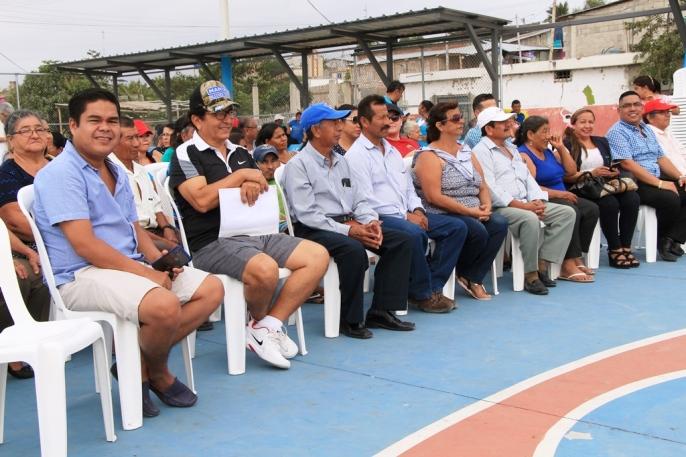 Las autoridades municipales, los líderes barriales y el público.