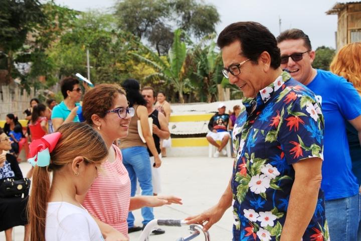 Dos niñas del Barrio 2 de Agosto de Manta recibieron ayudas técnicas entregadas por el alcalde local. Manabí, Ecuador.
