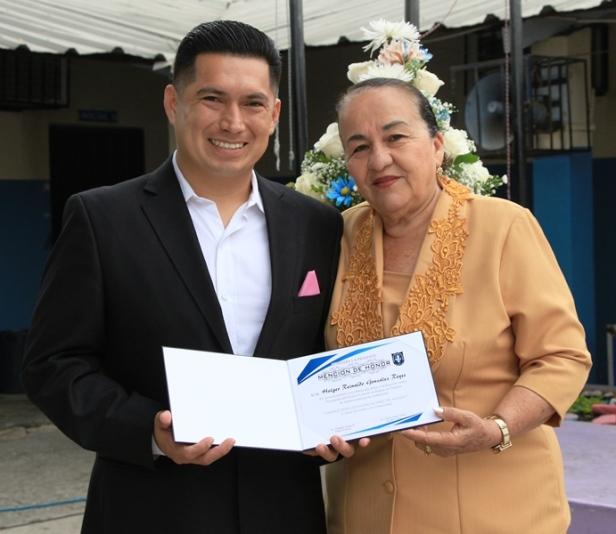 La Hora Cívica municipal de Manta entregó Mención de Honor a la Escuela 10 de Agosto, por su cumpleaños. Manabí, Ecuador.