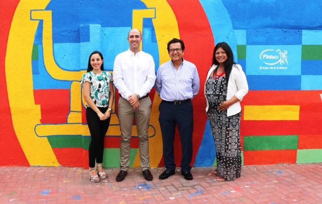 El alcalde de Manta (con lentes) y directivos de la empresa Pintuco.