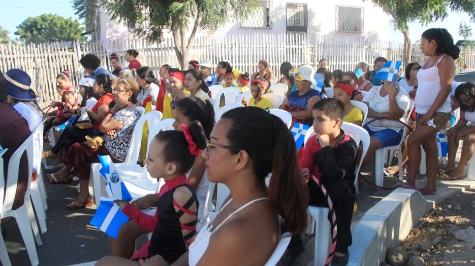 Los moradores del Barrio Los Geranios acudieron a la inauguración del pavimento vertido en dos de las calles del barrio.