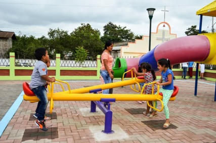 El parque tiene diversos juegos para niños y adultos.