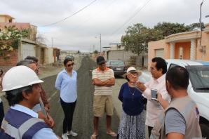 Moradores del Barrio Mar y Cielo escuchan explicaciones del alcalde de Manta, que habla de la pavimentación de las calles.