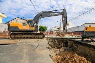 Calles de alto tránsito en la ciudad de Manta están obstaculizadas con los trabajos del Plan Hidrosanitario.