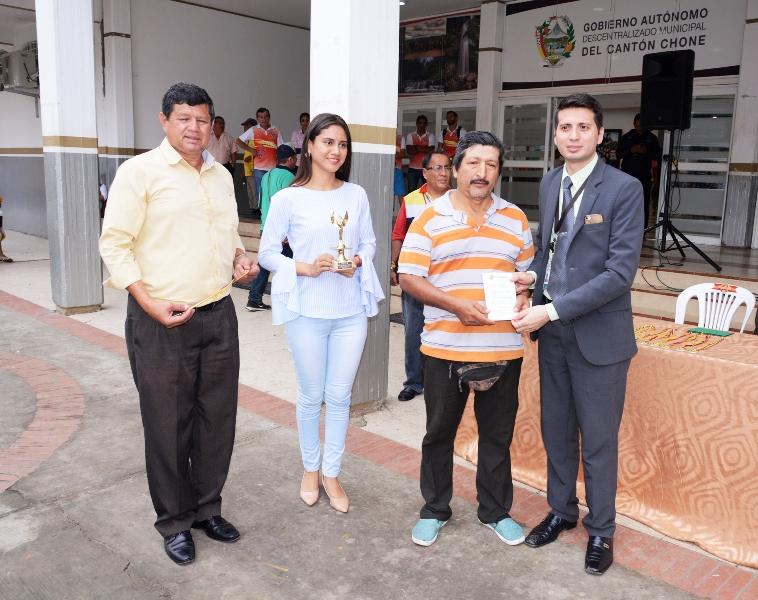 Entrega de premios a triciclistas de Chone ganadores de una competencia por las fiestas de fundación de la ciudad. Manabí, Ecuador.