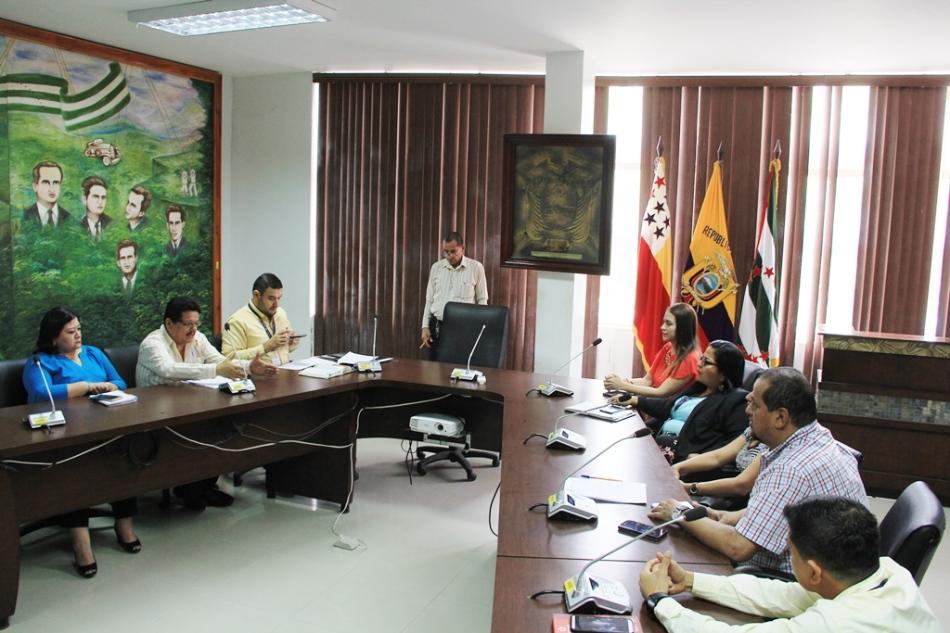 Funcionarios del MIES Quito y funcionarios del Gad municipal de Chone analizan en esta ciudad un proyecto de ordenanza para fomentar la economía popular y solidaria. Manabí, Ecuador.