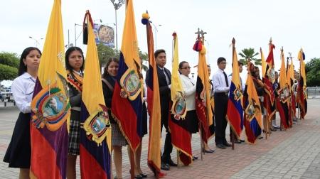 Abanderados colegiales de la ciudad de Manta, durante la Hora Cívica municipal por el Día de la Bandera ecuatoriana. Manabí, Ecuador.