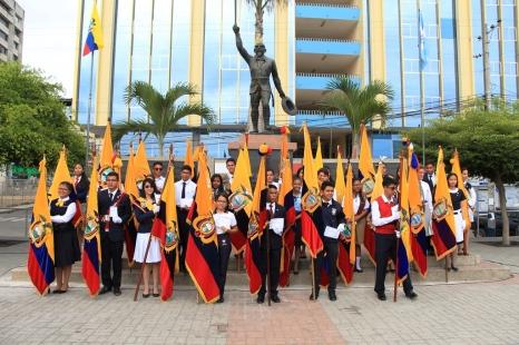 Al pie del monumento del expresidente ecuatoriano Eloy Alfaro Delgado, en la plaza cívica de Manta.