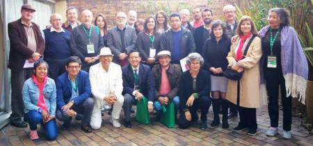 Académicos de Latinoamérica posan en un aparte del congreso Solar reunido en Bogotá, Colombia.