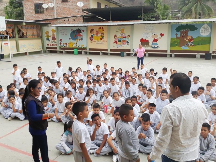"""Niños de la zona rural de Portoviejo son instruidos para manejar el """"semáforo nutricional"""" impreso en envolturas y etiquetas de productos alimenticios y en medicamentos. Manabí, Ecuador."""