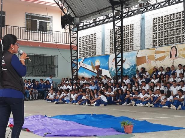 """Alumnos de una unidad educativa de la zona rural de Portoviejo aprenden a manejar el """"semáforo nutricional"""" impreso en etiquetas y envolturas de alimentos y medicinas. Manabí, Ecuador."""