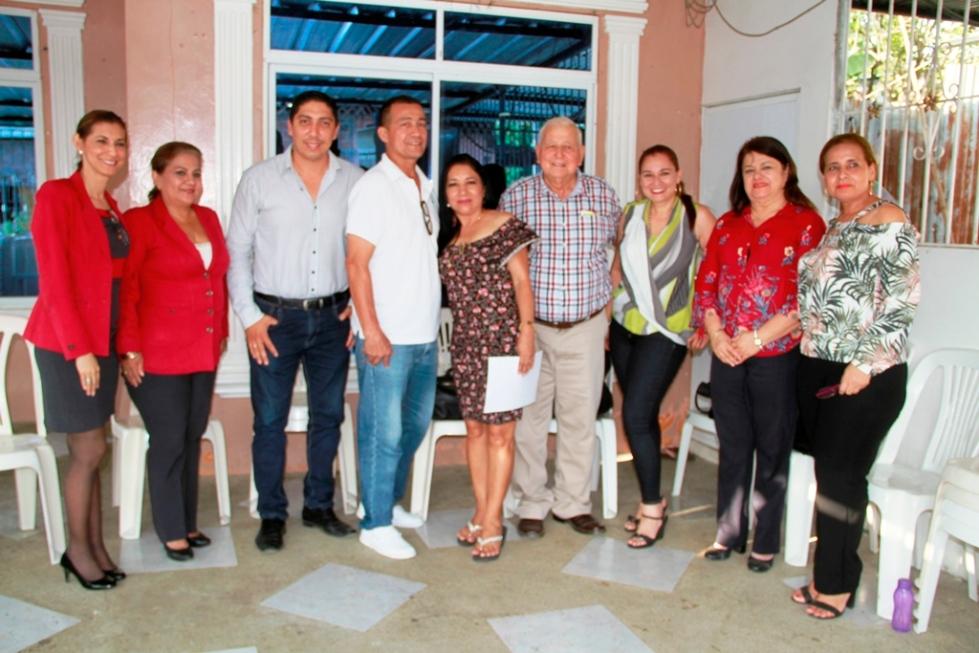 La Señora Cantón Bolívar 2018, en su domicilio de Calceta, con las autoridades municipales que le comunicaron su designación. Manabí, Ecuador.