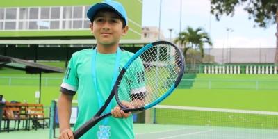 Axel Santos, campeón niños del III Grand Slam municipal de tenis, en el Umiña Tenis Club de Manta. Manabí, Ecuador.