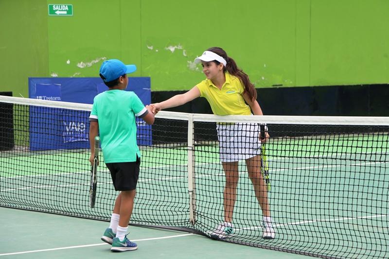 Axel Santos y Emily Zambrano, campeón y vicecampeona categoría niños del III Grand Slam municipal. Umiña Tenis Club de Manta. Manabí, Ecuador.
