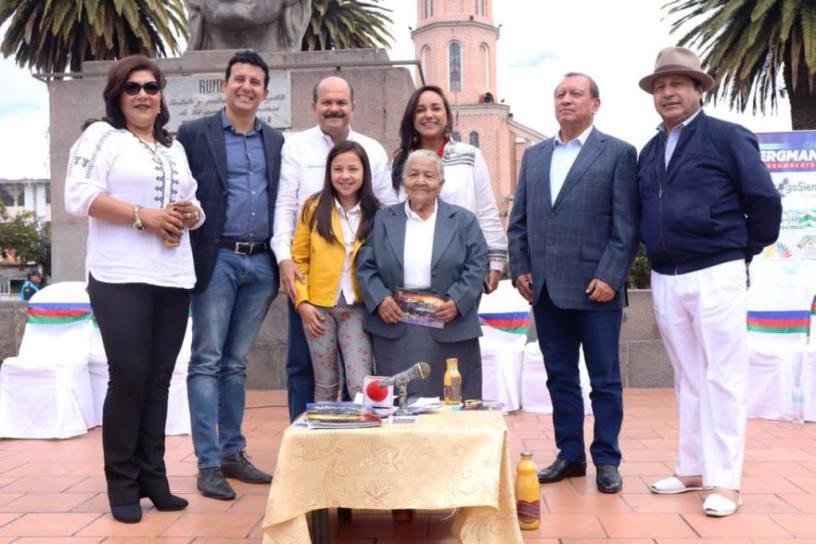 Carlos Bergmann y sus invitados al programa de radio y televisión Contigo Siempre, en el Parque Bolívar de Otavalo. Imbabura, Ecuador.