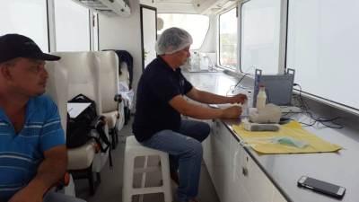 Examinan muestras de leche de vaca de una hacienda de la provincia de Manabí, Ecuador.