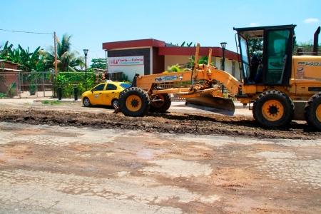 Maquinaria municipal del Cantón Bolívar reconforma y compacta calles de Calceta que son repavimentadas. Manabí, Ecuador.