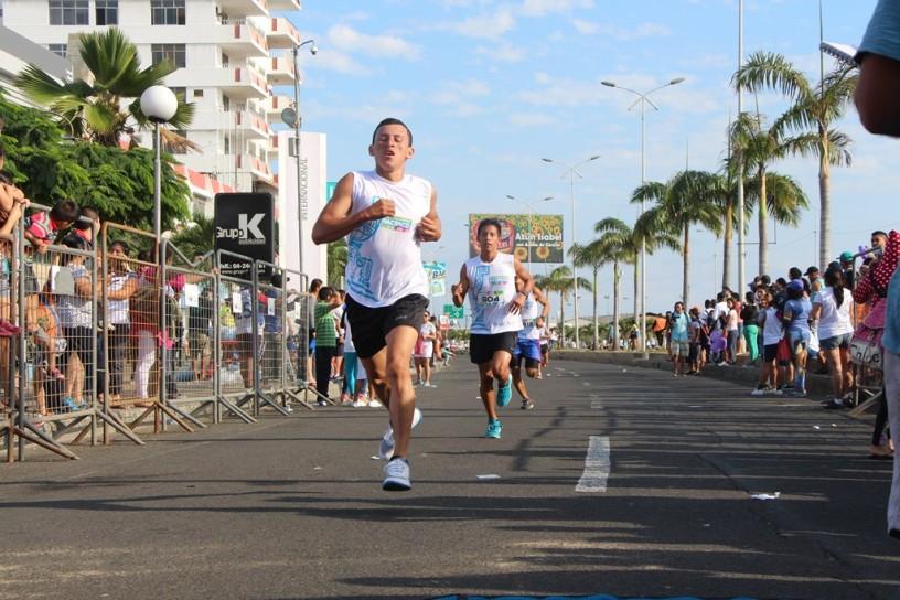 Competidores de la Ruta del Pacífico 2017 corren por la Avenida Jaime Chávez Gutiérrez de la ciudad de Manta. Manabí, Ecuador.