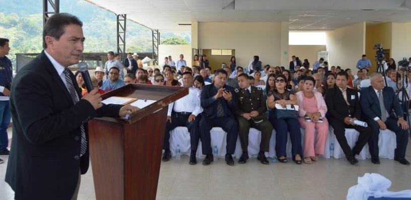 Ciudadanos del Cantón Olmedo escuchan al gerente zonal del BDE en Manabí, Ignacio Mendoza. Manabí, Ecuador.