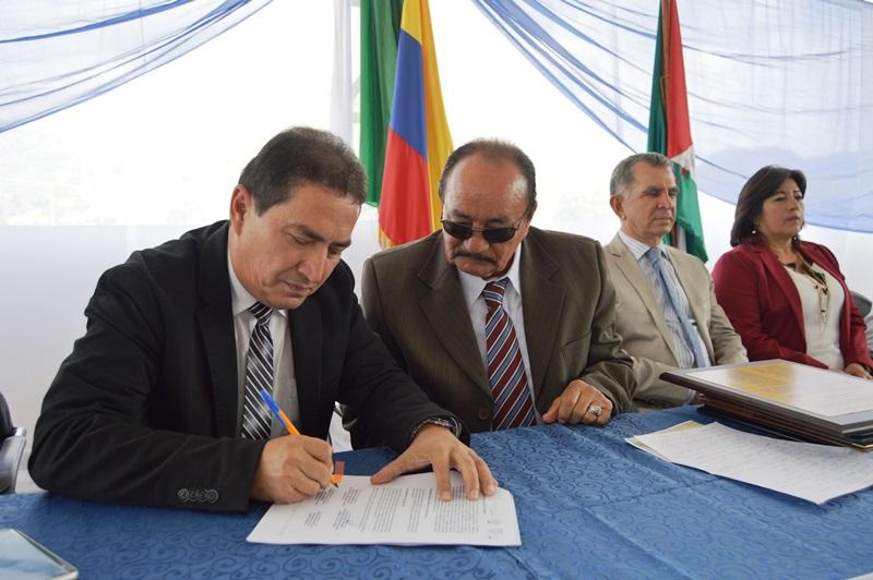 Acto de suscripción del convenio de crédito entre el BDE-Manabí y el Gobierno municipal de Olmedo para la construcción de un cementerio en este cantón. Manabí, Ecuador.