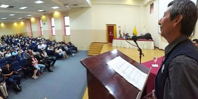 Un juez de paz relata su experiencia ante un auditorio reunido en la Universidad San Gregorio de Portoviejo. Manabí, Ecuador.