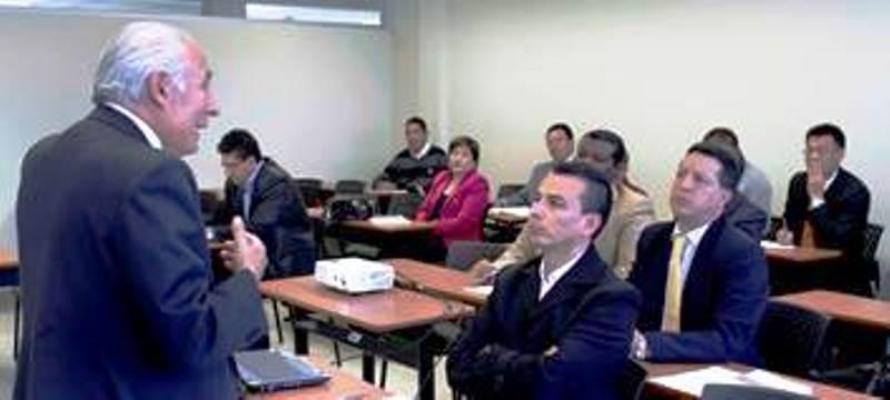 Charla instructiva en el Consejo de la Judicatura de Ecuador, en Quito.