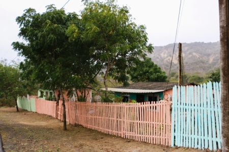 El colorido sendero que lleva a la playa marina de Ligüiqui, en la zona rural de Manta. Manabí, Ecuador.