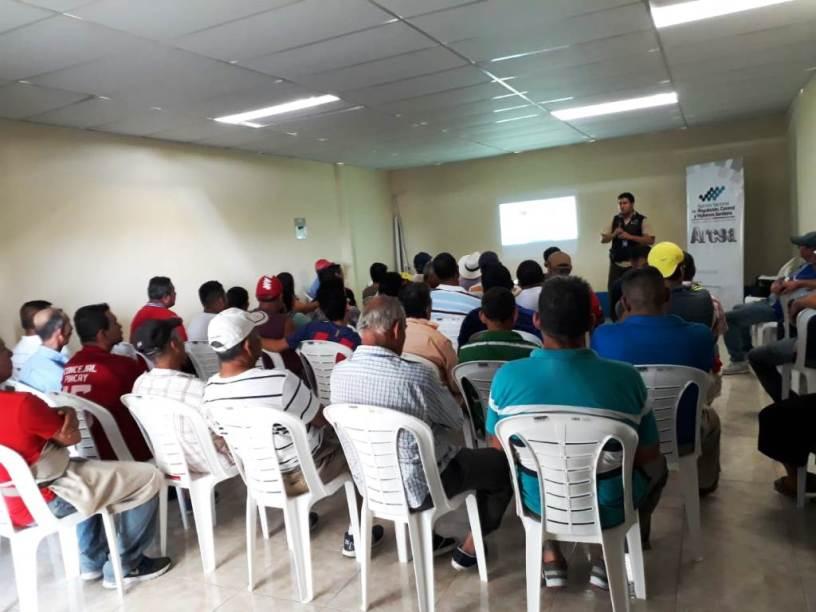 Comerciantes minoristas de Calderón, Portoviejo, asisten a una clase de Arcsa sobre manipulación de alimentos. Manabí, Ecuador.
