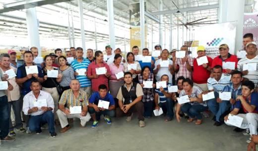 Una parte de los cursantes muestra el certificado de su participación.