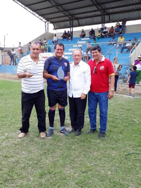 Con el alcalde de Chone (guayabera) y el patrono del campeonato, derecha.