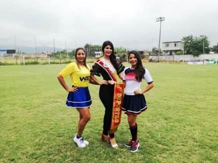 La reina de Chone posa con dos de las madrinas que llevaron los equipos a la inauguración del campeonato.