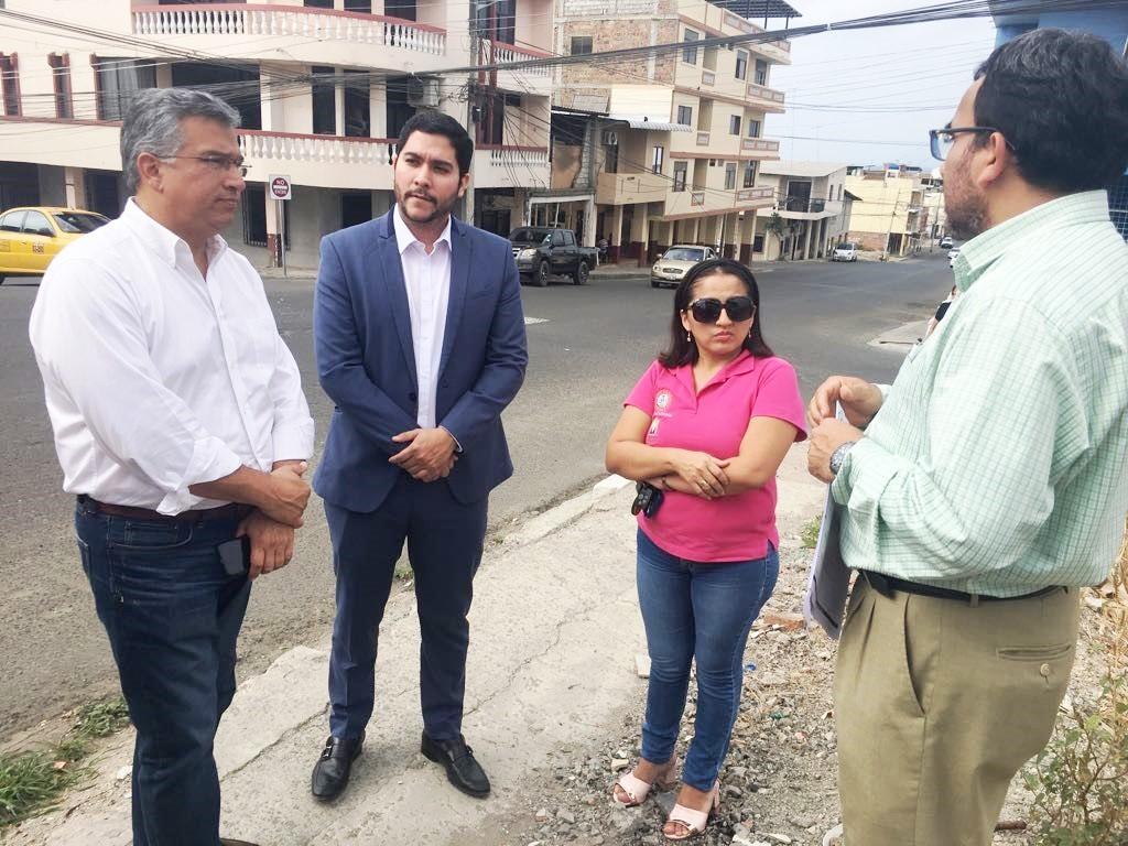 Delegados del Consejo de la Judicatura para Manabí, junto al secretario técnico del Comité de Reconstrucción posterremoto, visitan en Manta uno de los edificios judiciales dañados. Manabí, Ecuador.