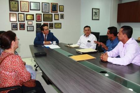 Delegación del Comité pro Mejoras del Barrio María Auxiliadora II, de la ciudad de Manta, dialogan con el alcalde local. Manabí, Ecuador.