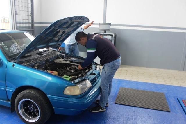 Experto revisa las condiciones mecánicas y eléctricas de un automóvil, en el taller municipal de Chone. Manabí, Ecuador.