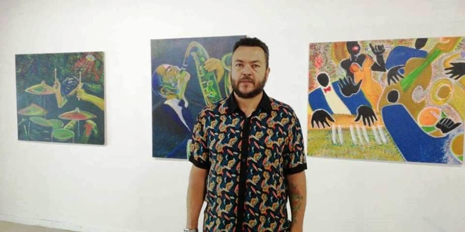 El pintor colombiano Gabriel Calle Arango muestra algunas de sus obras en el Museo Centro Cultural Manta. Manabí, Ecuador.