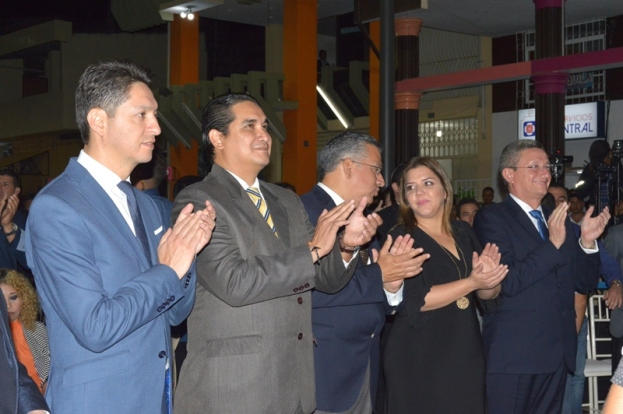 Las autoridades públicas que encabezaron el acto de la inauguración oficial del área regenerada en el centro histórico de la ciudad de Portoviejo.