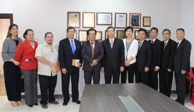 Delegaciones municipales de Manta (Ecuador) y Ningbó (China), durante su encuentro en la Alcaldía de Manta. Manabí, Ecuador.