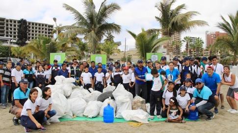 El fruto de un esfuerzo deportivo: basura recogida en la vía por donde caminaron y trotaron, en la ciudad de Manta, Ecuador.