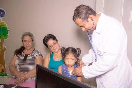 Un médico examina los signos vitales de una niña, en el Patronato municipal de Manta. Manabí, Ecuador.