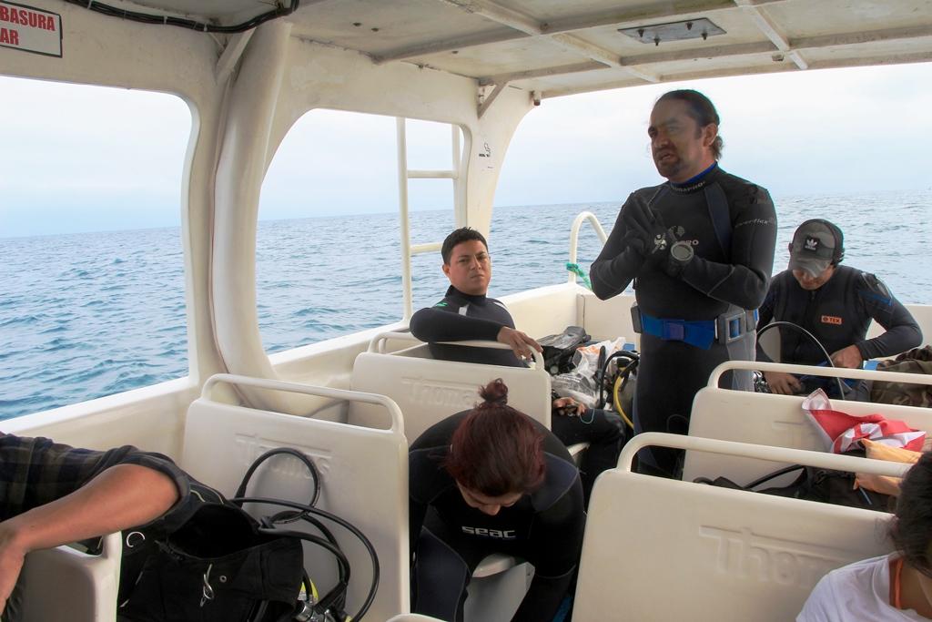 Buzos de la Uleam de Manta se alistan para una inmersión al Arrecife Perpetuo Socorro. Manabí, Ecuador.