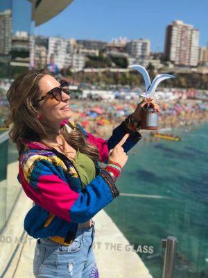 Mirella Cesa muestra el trofeo que ganó en el Festival Viña del Mar, en Chile.