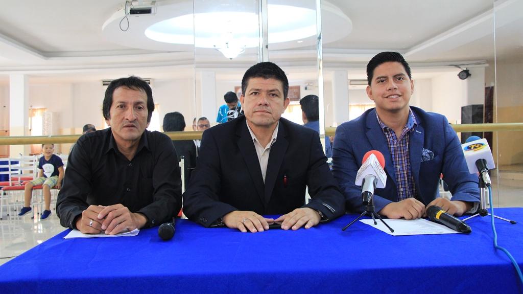 En el Complejo Deportivo Manos Unidas de Manta, anunciando la entrega de premios La Pirámide del Éxito. Manabí, Ecuador.