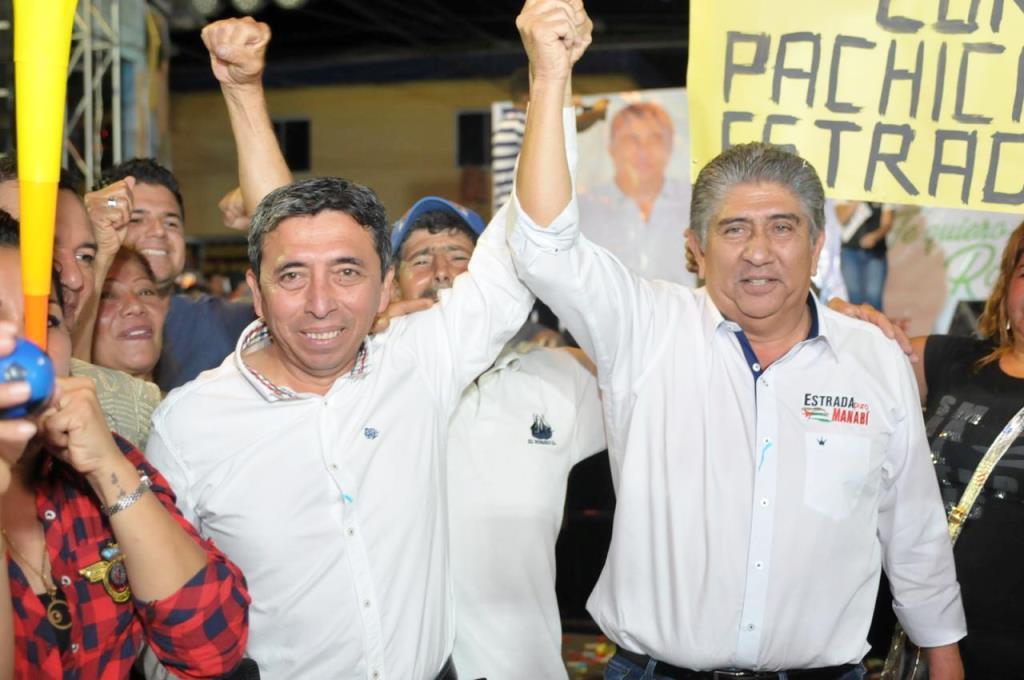 """Patricio """"Pachicho"""" Zambrano y Jaime Estrada Bonilla, durante la presentación del primero en Rocafuerte. Manabí, Ecuador."""