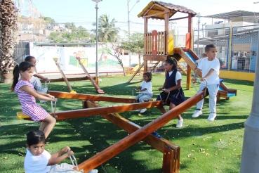 Niños del Barrio 4 de Noviembre de Manta estrenan su primer parque de diversiones.