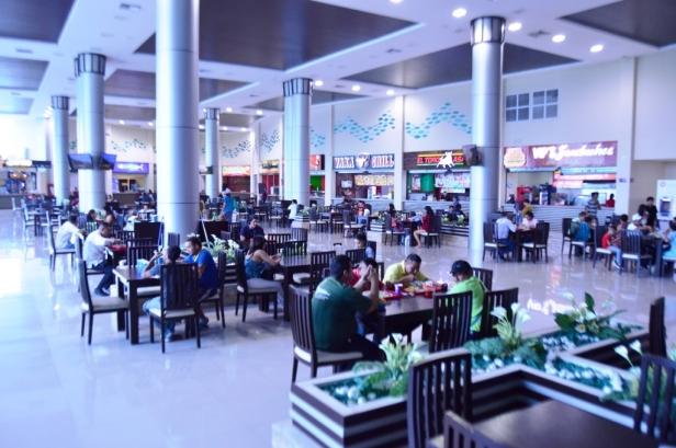 Patio de Comidas del terminal terrestre de Manta. Manabí, Ecuador.