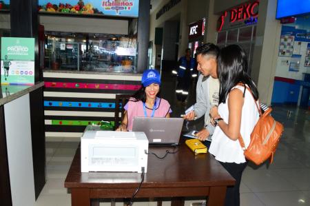 Puesto del CNE para registrar cambios de domicilios al pasar por el terminal terrestre de Manta. Manabí, Ecuador.