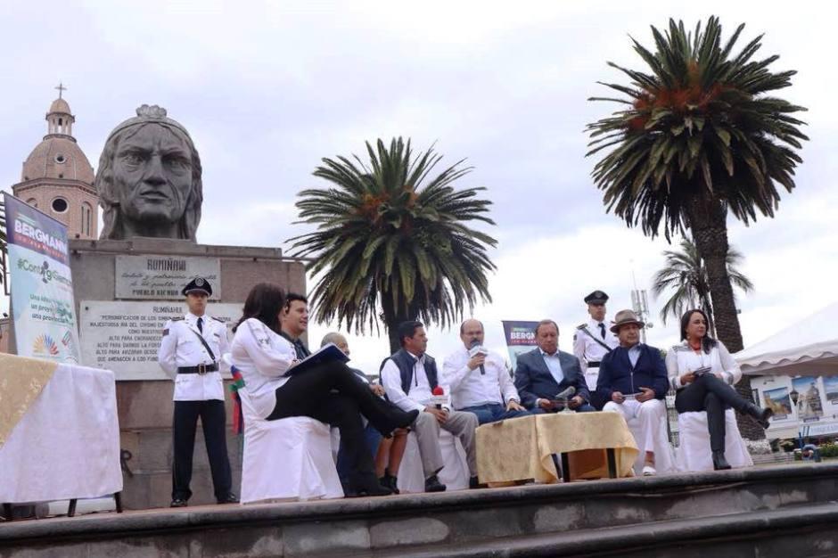 Escena del programa de radio y televisión Contigo Siempre, trasmitido en directo desde el Parque Bolívar de Otavalo. Imbabura, Ecuador.