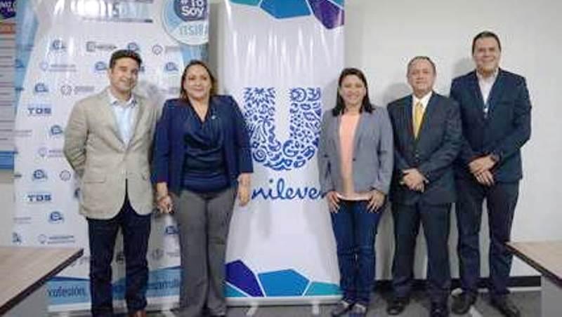 Desde la izquierda: Matías Laks, CEO Unilever; Ida Campi, rectora del Instituto Superior Juan Bautista; Alma Zeballos, coordinadora zonal de la Senescyt; Mario Ayala, presidente alterno de la Cámara de industrias de Guayaquil; Mario Zaldívar, gerente de Recursos Humanos de Unilever. Guayaquil, Ecuador.