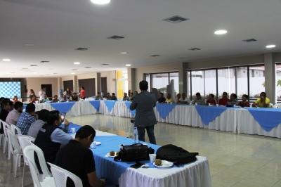 Equipos de técnicos de la alianza empresarial Epam-Veolia (Manta) recogen inquietudes de la dirigencia barrial de Los Esteros y explican las obras complementarias de la reconstrucción posterremoto. Manabí, Ecuador.
