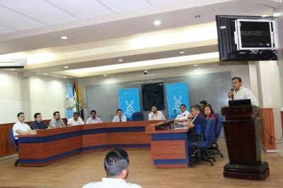 Reunión de funcionarios municipales de Manta con delegados de industrias locales. Manabí, Ecuador.